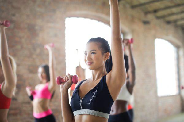 Tres ejercicios para tonificar brazos y glúteos