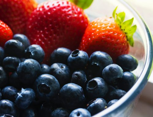 Ensalada antioxidante de col, fresas, arándanos y moras